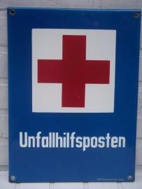 German enamelled sign of the Red Cross Unfallhilfsposten, made in DACHAU, geemailleerd bord van het Duitse Rode kruis. emaillefabriek uit Dachau.