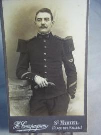 Foto met Franse soldaat, hoornembleem op de mouw.