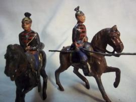 2 German tin soldiers Ulanen. 2 tinnen soldaatjes Duitse Ulanen op paard. 1 heeft nog de lans. andere is weg.