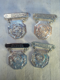 4 Different sharp shooter badges of the Virginia Police. 4 verschillende scherpschutter emblemen van de Amerikaanse politie