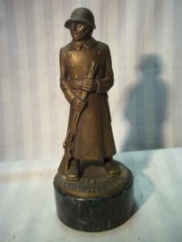 Bronse statue Swiss soldier, shooting price 1939 Luzern. Zwitserse schietprijs, brons beeld