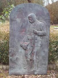 German bronze grave memorial. Duitse bronzen grafplaat met soldaat bij het graf 70 bij 40 cm TOP