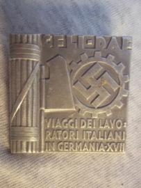 Rare German tinnie, day badge, Zeldzame Duitse tinnie, Samenwerkings speld tussen Italie en Duitsland op het gebied van Arbeid. zeer bijzonder, Italiaanse aanmaak.