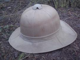 English pith helmet, nicely marked and dated 1942 Engelse tropenhelm, zeer strak model, met maker en datum en WD stempel War Department.
