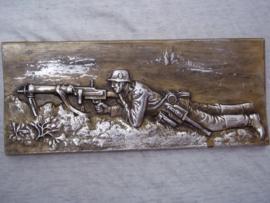 German metal wall plaque Machine gun compagnie. Duits metalen plaquette 27 bij 12 cm Duitse soldaat achter machinegeweer zilver kleurig. decoratief