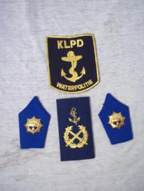 Emblemen Nederlandse politie RIJKSPOLITIE te water, KLPD Korps Landelijke Politie Diensten - waterpolitie mouwembleem en rang onderscheiding.