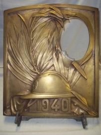 Bronze remembrance plaque 1940 Belgium army. big Photoframe. Bronzen herinnerings plaat met Belgische helm en het jaartal 1940, men kon er een foto in plaatsen zeer bijzonder.