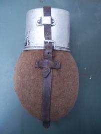 Duitse veldfles, compleet met drinkbeker 1939 zeer mooie staat leer nog in goede conditie.