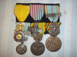French medal bar Foreign Legion, Franse medaille balk Croix du Combattant, liberation medal, Medaille Coloniale Extreme Orient, Medaille Indo-chine, medaille territoire du Cameroun. TOP