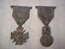 2 bronse French medals for a memorial plate. 2 bronzen Franse medailles van een monument. Croix du Guerre