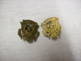 2 US collar or capbadges. 2 Amerikaanse kraag en of pet emblemen