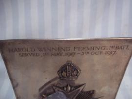 Silverplated memorial plaque. Engelse verzilverde herinnerings plaquette met regimentsembleem op naam Harold Wining Fleming. 1st Battallion served 1st may1917- 5 october 1917 Bedfordshire Regiment. 13 bij 19 cm. zeer bijzonder.