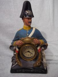 Duits gipsen beeld met klok, Zur Erinnerung 16. DRAGONER REG. met maker, klok loopt niet zeer kleurrijk beeld. 16 staat ook op zijn schouder.