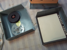 Speelgoed film projector voor het afspelen van films. werkt op batterijen geheel compleet in originele doos KIDDY CINEMA 8mm. film projector, made in Hong-Kong.