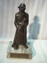 Statue bronse Swiss soldier, Beeld brons Zwitserse soldaat mobilisatie 1939.