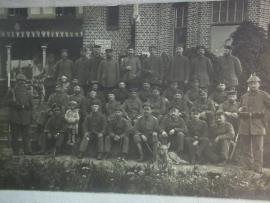 Groepsfoto van Duitse soldaten 56e Reg. Inf. gemaakt in Nederlands talig Belgie