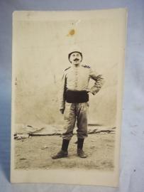 Postkaart foto Koloniale soldaat met tropenhelm.