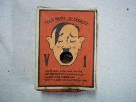 Carton box with Hitler. Kartonnen doosje welke je kreeg bij kermissen als prijs, Frans talig