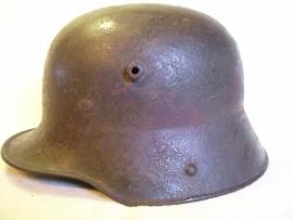 German helmet M16 with red colours camouflage, very rare. Duitse helm M16 perfekte staat met camouflage vlekken 100% origineel, TOP staat helm met perfekt binnenwerk en 100% originele kleur.