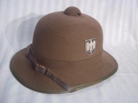 German 2nd pattern pith helmet with metal Wehrmacht decals. JHS- 1942. Duitse vilten tropenhelm 2e model deze kwam na de stoffen uitvoering, nauwlijks gedragen. bijna MINT conditie.