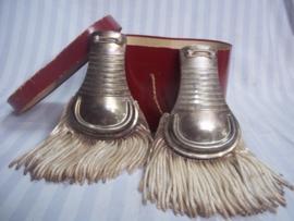 Italian epaulets used by the carrabinierie. 1900- 1990. Italiaanse schouder epauletten zilverkleurig in doos. voor seremonieel nog gebruikt, maar gedragen vanaf 1900.