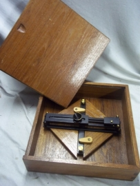 Nederlands richtmiddel in houten kist van de koninklijke marine. Gunsight in wooden box of the Dutch Navy