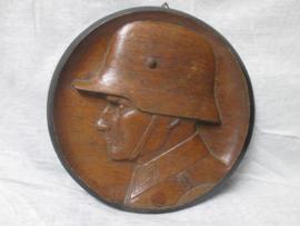 Houten wandbord, handgemaakt, diameter 22cm, een soldaat met Duitse staalhelm 1916, en op zijn epaulet nummer 1. zeer decoratief en professioneel gemaakt. dit zijn vrij moeilijk te vinden items.