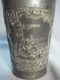 German pewter shooting price. Duits tinnen beker, met militaire afbeeldingen.
