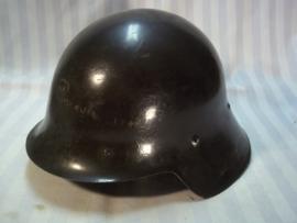 Spanish helmet model 1926, used in the civil war 1936. fair condition. Spaanse helm model 1926 perfekte staat, gebruikt in de Spaanse burgeroorlog. Klip aan de voorkant, was om een embleem de Spaanse adelaar erop te bevestigen.