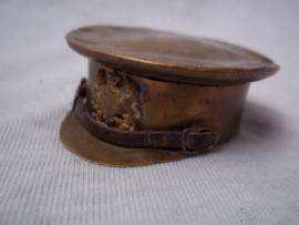 Trench- art a British cap with little badge as box. Loopgraven kunst Engelse leger pet met embleem en kinriem je kunt het gebruiken als pillendoosje.zeer bijzonder stuk als loopgraven kunst. zeldzaam.