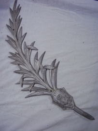 Metal palm branch with the French medal Croix du Guerre. Aluminium palmtak voor graf of monument met de Franse Croix du Guerre