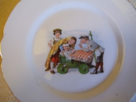 Nice remembrance plate, with children dressed as soldiers, wandbord met kinderen als soldaatjes