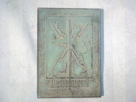 Belgium plaques, 1940-1945. Belgische bronzen plaquette herinnering aan de helden van 1940-1945, gesigneerd.