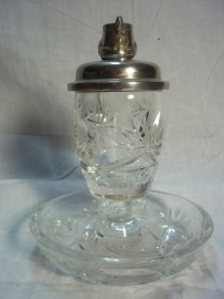 Cristal ashtray with on top a silver schako with Guards badge. Kristallen asbak met een deksel en daarop een verzilverde schako van het Garde Regiment. zeer apart