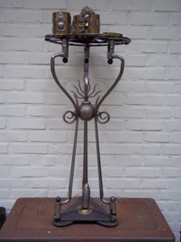 LEGIOEN Rookset tafel, gemaakt van bajonetten (10 stuks), hulzen (4 stuks), helmemblemen ( 11 stuks), kogelpunt, kogel en geweerclip. In het midde nzit een 7 vlammende granaat, (embleem van het vreemdelingenlegioen) zeer bijzonder hoogte 90 cm.