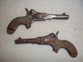 2 toy pistols in working order. 2 blikken pistooltjes, werkend jaren 40- 50.