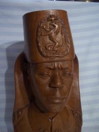Hard houten beeld van een Belgische coloniale soldaat in Belgisch Congo met Fez en nationaal embleem , ABBL, 40 cm hoog.