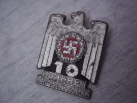 German tinnie, rally badge, Duitse tinnie 10 Jahre Gau Mainfranken, met hersteller maker.