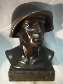 Statue of a Swiss soldier with helmet 1940, signed. . Buste van een Zwitserse soldaat  14 cm.