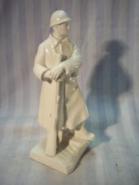 Statue Italian soldier, Military school, bajonet is broken. Beeldje porselein Italiaanse soldaat v.d. Militaire school. helaas is de bajonet afgebroken beeldje is 20 cm hoog.