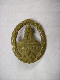 German medal tinnie, Sachsentreffen NSDAP 1933, vroeg speldje van de partij.