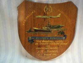 Hand geschilderde plaquette uitreiking Zilveren medaille Koninklijke marechaussee. getekend door J.Vet, zeer bekende kunstenaar van dit soort zaken.