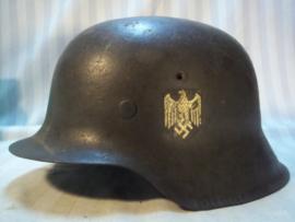 German helmet M-1942 with Wehrmacht decal. Inside the helmet dome stamp. Duitse Wehrmacht helm M42 met origineel binnenwerk en kinbandje, niet aan gerommeld, zo gevonden binnenin nog de abnahme stempel te zien. leuke complete helm met 90% decal.