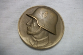 German badge soldier with helmet Sportwettkampf 1938. Duitse penning met Wehrmacht soldaat