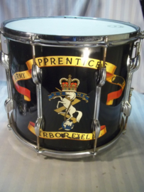 Military drum from the Royal Electrical and Mechanical Engineers of the Army Apprentice School in Arborfield. Engelse regiments trommel R.E.M.E., school is vanaf 1920 en in 2010 gesloten.