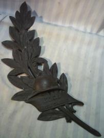 Bronzen palmtak, met Franse helm met weer een ander opschrift. zeer decoratief. heeft nog de volledige lengte