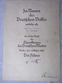 Duitse oorkonde In Namen des Deutschen Volkes Ehrenkreuz der Deutschen Mutter 3.Stuffe. Oorkonde Bronzen Moederkruis.