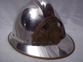 French fire helmet, modell 1926 with firedepartment badge of a city. Franse brandweerhelm M-26 compleet, met embleem met stadswapen, zeer apart.