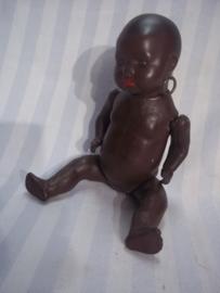 Speelgoed pop, met papier-mange lijf en porseleinen kop. ogen gaan open en dicht, achterop gemerkt HEUBACH KOPPEL .