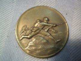 Dutch medal, on te back Je maintendrai in box. Nederlandse  penning met aanvallende  soldaat in doosje. deze penning nog nooit gezien.